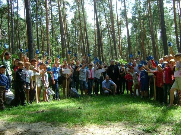 На Львівщині діти з християнського табору рятували ліс від сміття