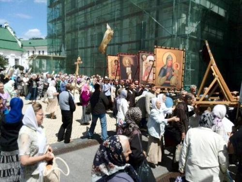 Київ: МП хотів провести ходу проти євроінтеграції, але прийшли люди і заблокували її (ФОТО,ВІДЕО)