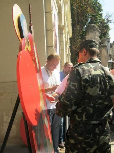 Львів: св.Юрія-змієборць- допомагає збирати кошти для Українського війська