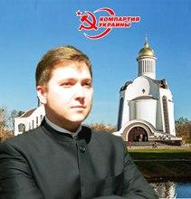 Представник комуністів агітує за компартію на фоні Свято-Преображенського собору у підряснику