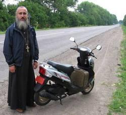 священик на мотоциклі