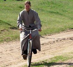 Священик на велосипеді
